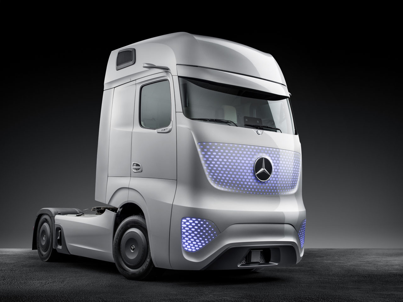 Mercedes benz future truck 2025 photo gallery autoblog for Mercedes benz commercial trucks