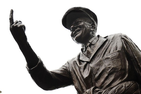 Who's this statue of, and why is he wagging his finger?