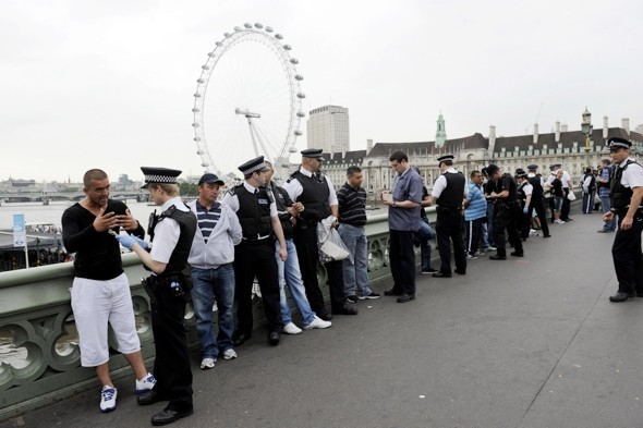 Police raid Romanian con artists fleecing tourists on Westminster Bridge