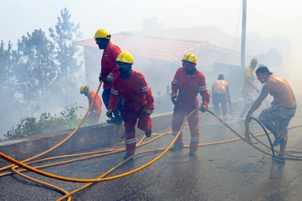 Forest fires in Portugal threatening holiday resorts