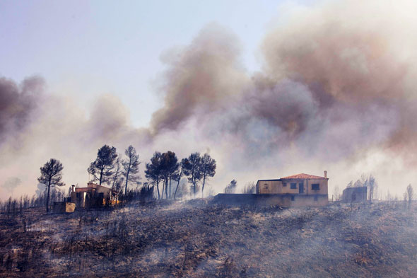 Fires on the Spanish Costas cause  thousands to be evacuated