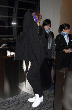 Can you tell who the teen singer under his hoodie is?
