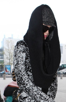 Who's got their snood wrapped around their head to keep the Paps out?