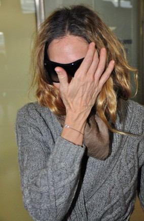 Which celeb hid behind her hand at the airport in Berlin
