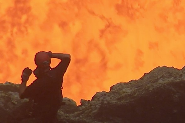 Amazing video shows adventurer Geoff Mackley standing on the edge of the erupting Marum volcano on the south pacific island of Ambryn. Watch: man climbs into a live volcano