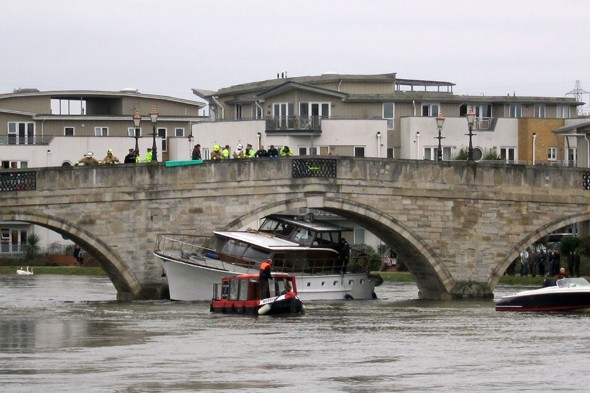 Pleasure boat gets stuck under Chertsey Bridge after flooding