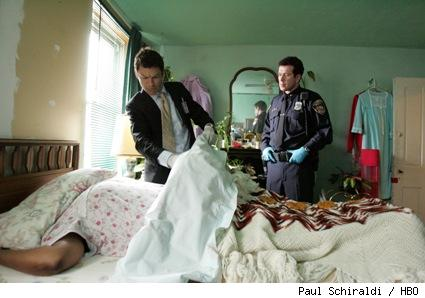 Jimmy McNulty (Dominic West) and Officer Bobby Brown (Bobby Brown) examine a dead woman on The Wire.