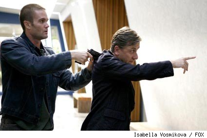 A man (guest star Garret Dillahunt, L) suspected of killing his wife arrives at the Lightman Group and takes drastic measures to prove his innocence to Lightman (Tim Roth, R) in the LIE TO ME episode 'Honey.'