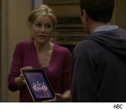 Julie Bowen holds a friggin' iPad on 'Modern Family'