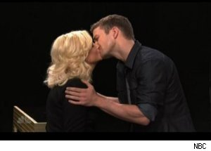 Amy Poehler Kisses Justin Timberlake on 'SNL'