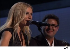 Gwyneth Paltrow Sings on '44th Annual CMA Awards'
