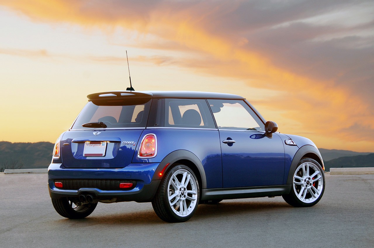 first drive 2008 mini cooper s jcw photo gallery autoblog. Black Bedroom Furniture Sets. Home Design Ideas
