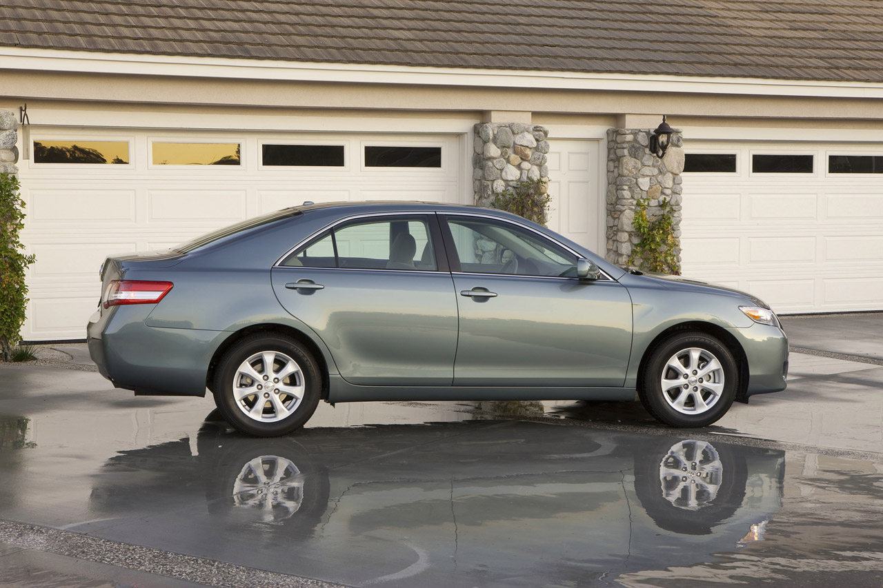 automobile camry sedan news speed toyota le at engine review hybrid