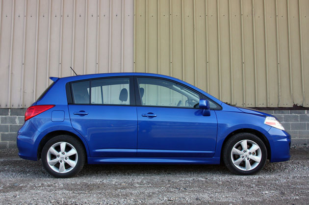 Review 2010 Nissan Versa Lives Life Large Autoblog