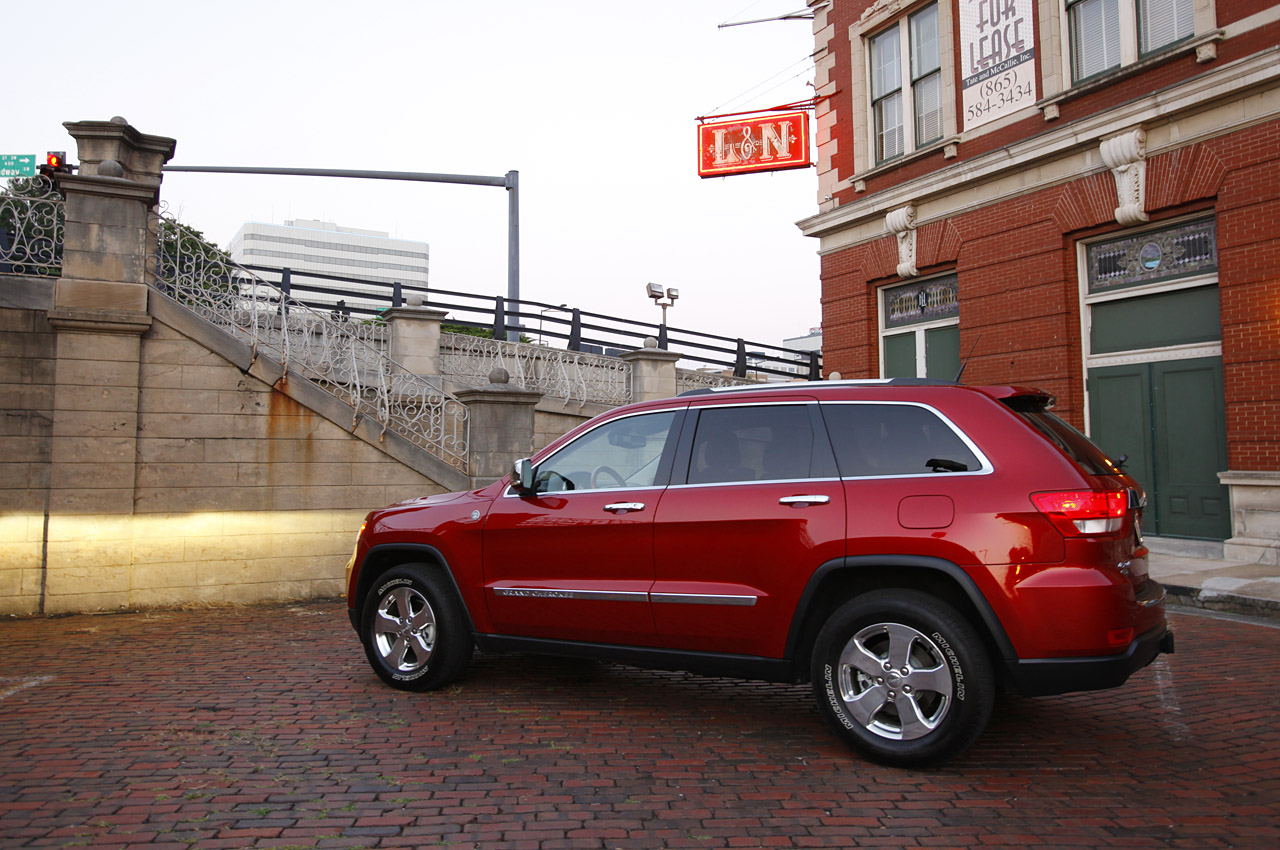 2012 jeep grand cherokee passes german moose test. Black Bedroom Furniture Sets. Home Design Ideas