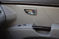 2011 Hyundai Azera Limited door panel