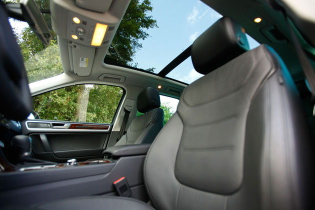 2011 Volkswagen Touareg Hybrid panoramic sunroof