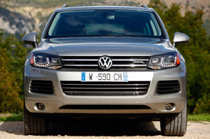 2011 Volkswagen Touareg Hybrid, front view