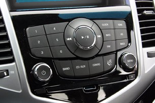 2011 Chevrolet Cruze 1LT stereo controls