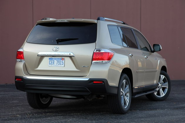 2011 Toyota Highlander rear 3/4 view