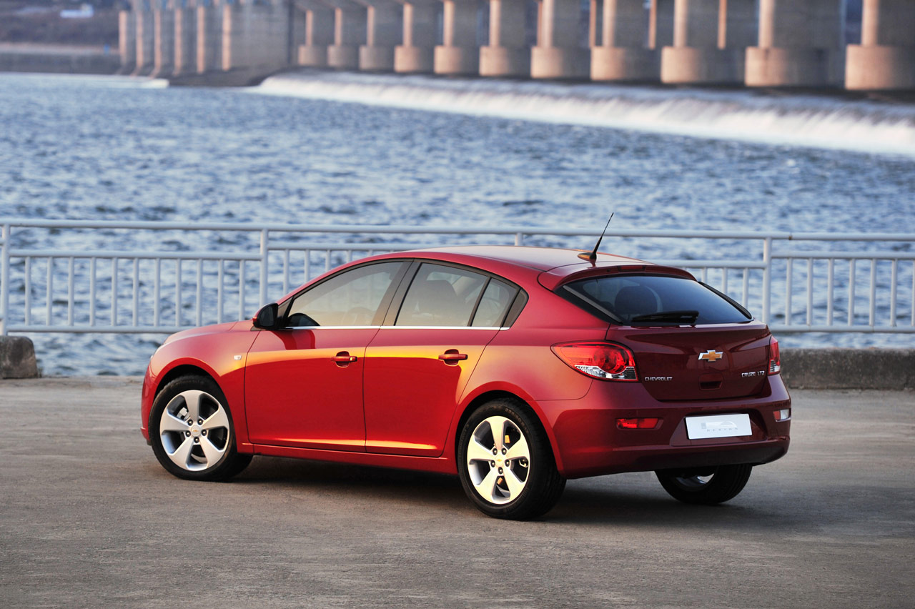 2011 chevrolet cruze hatchback photo gallery autoblog. Black Bedroom Furniture Sets. Home Design Ideas