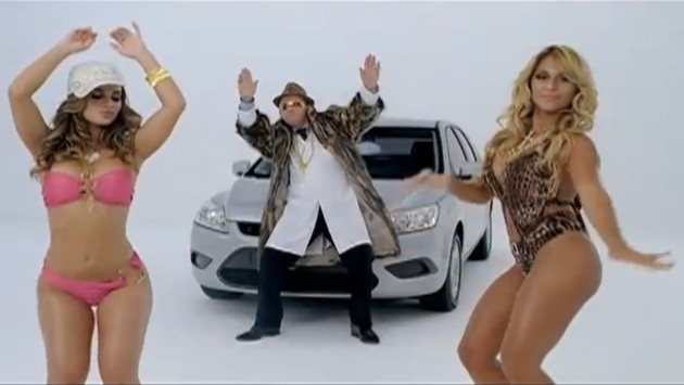 Nissan Tiida Ford Focus commercial with bikini models from Brazil