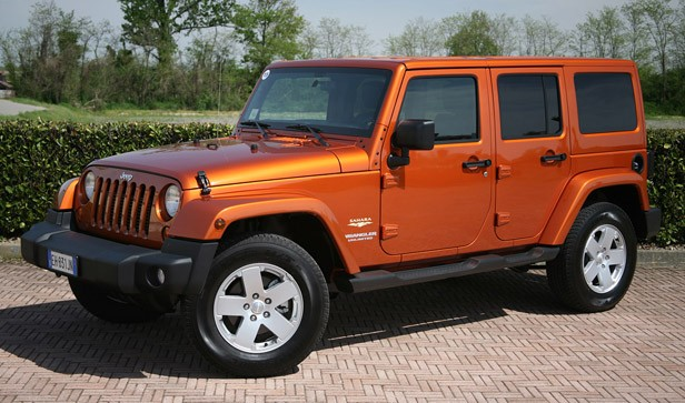 2011 Jeep Wrangler Unlimited 2.8 CRD front 3/4 view