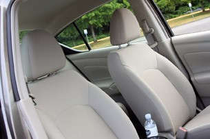 2012 Nissan Versa front seats