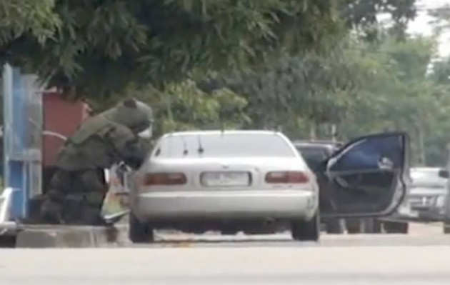 Thailand explosives expert member attempts to defuse car bomb