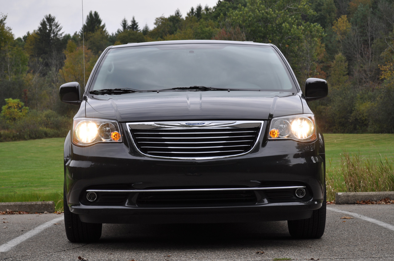 2011 chrysler town and country photo gallery autoblog. Cars Review. Best American Auto & Cars Review