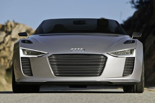 2014 Audi e-tron Spyder front view