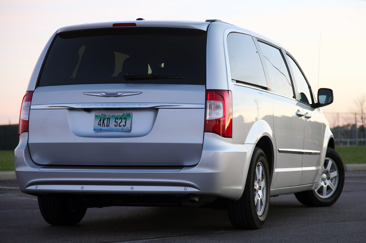 2011 chrysler town country touring review photo gallery autoblog. Cars Review. Best American Auto & Cars Review