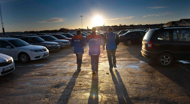Saab employees walk into sunset after bankruptcy announcement