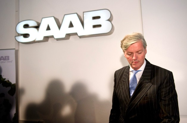 Victor Muller in front of Saab sign