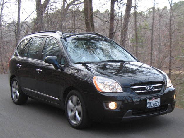 2007 Kia Rondo in motion