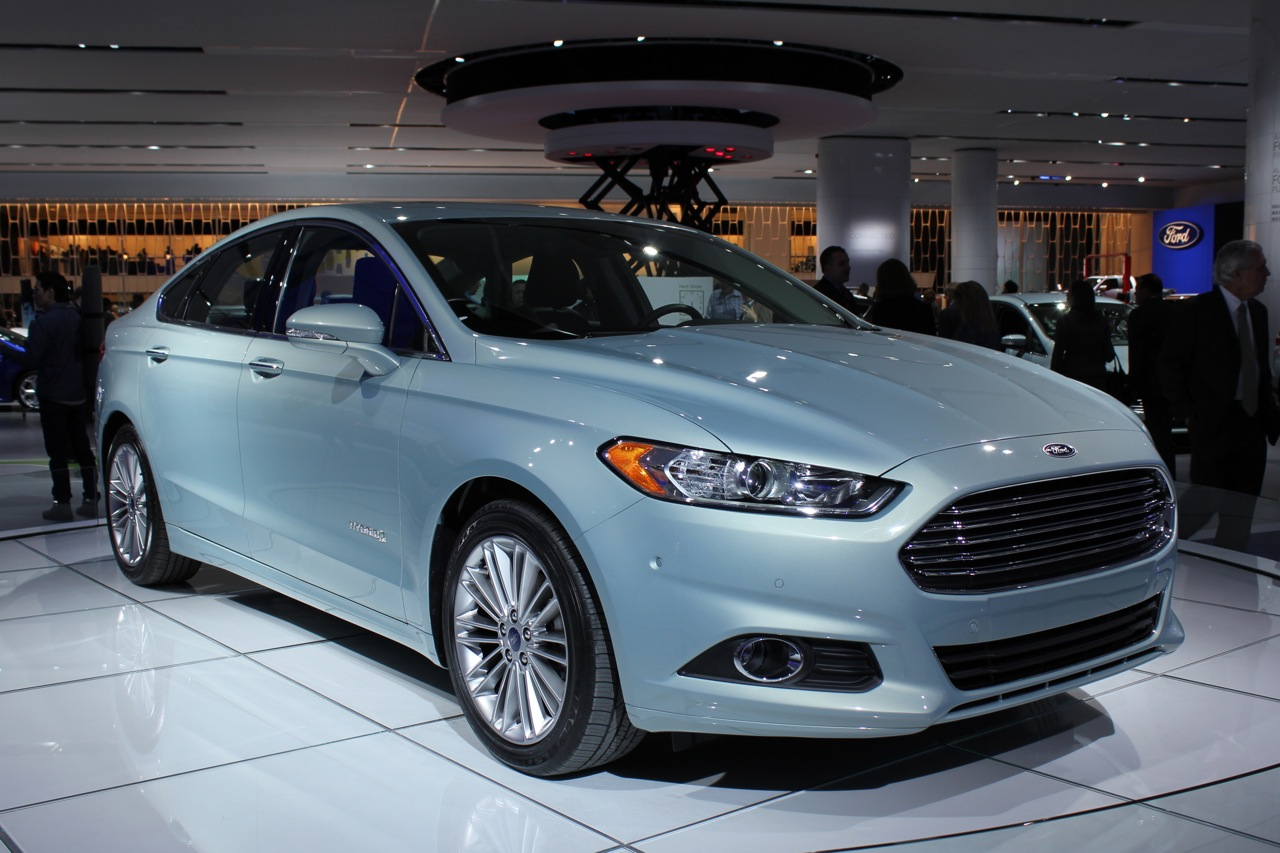 2013 ford fusion hybrid packs 47 mpg dashing good looks. Black Bedroom Furniture Sets. Home Design Ideas