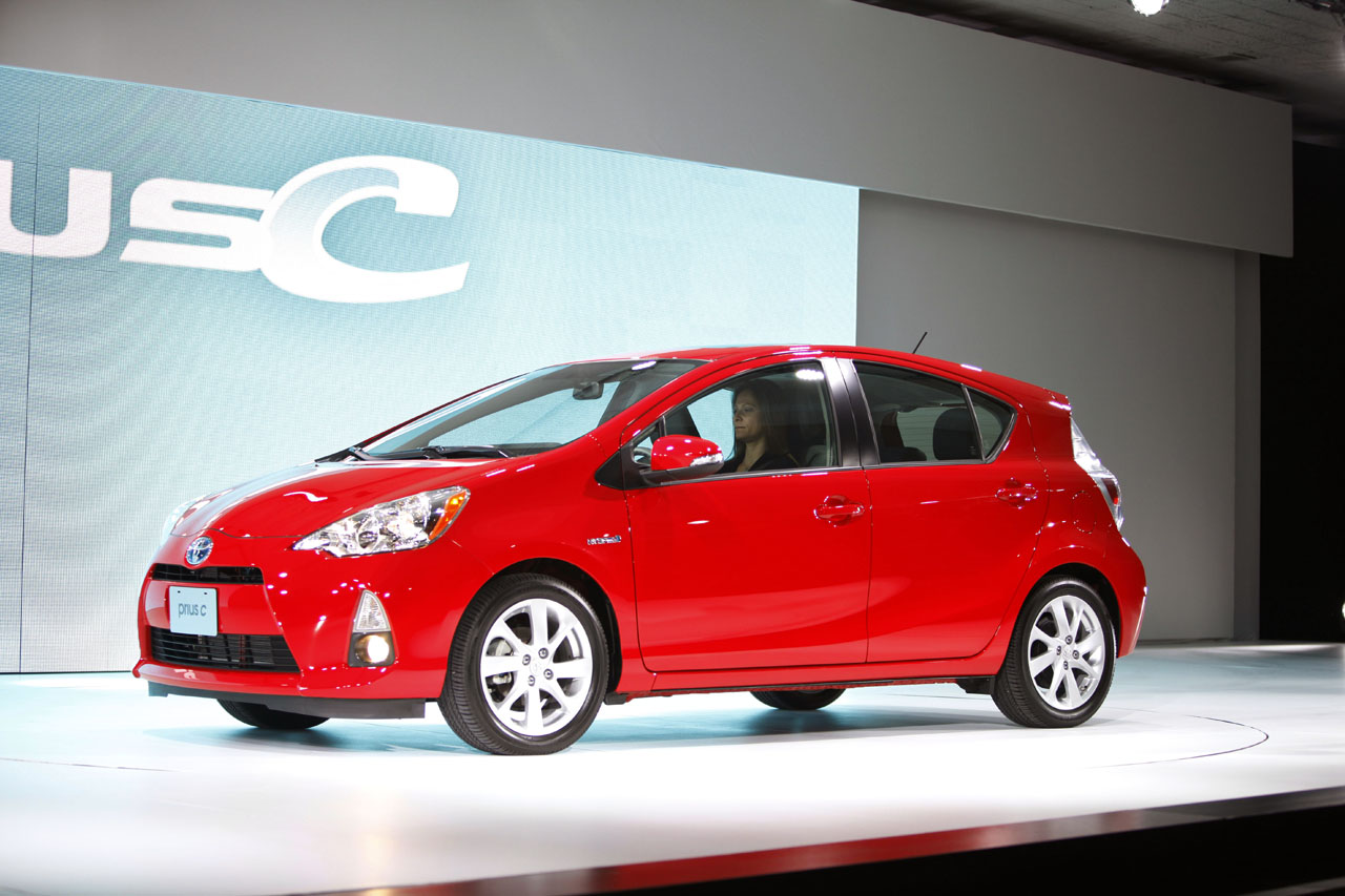 toyota prius c brings hybrid economy to the masses for under 19 000 autoblog. Black Bedroom Furniture Sets. Home Design Ideas