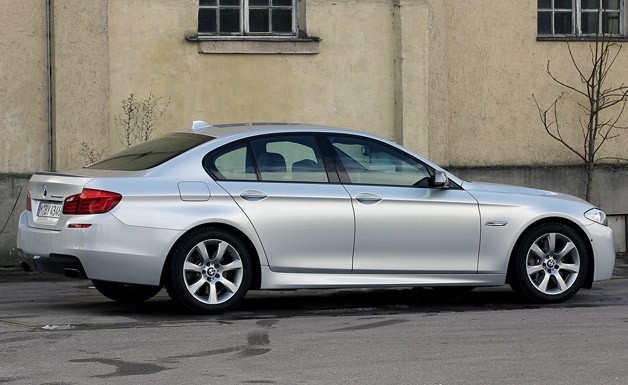 2012 BMW M550d xDrive rear 3/4 view