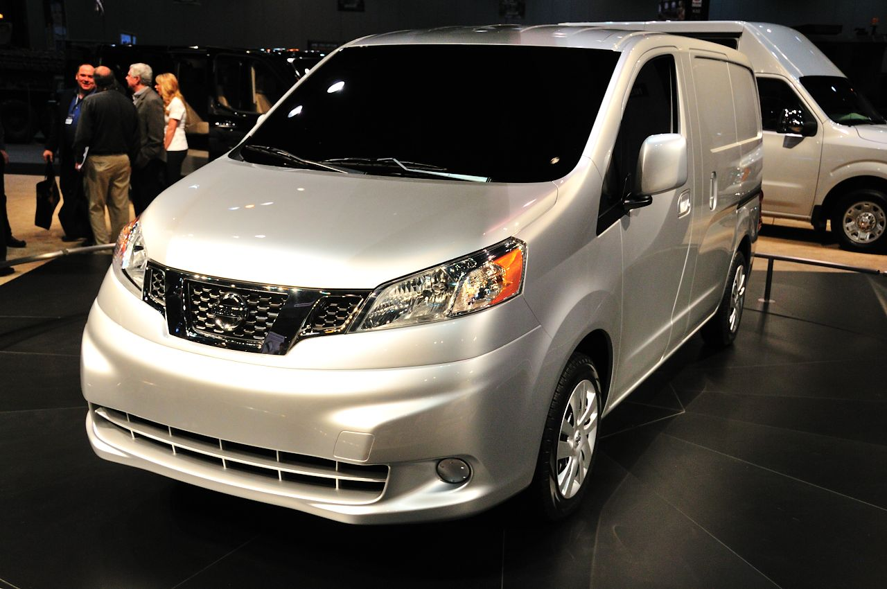 2013 nissan nv200 goes after transit connect 39 s lunch money. Black Bedroom Furniture Sets. Home Design Ideas