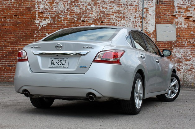 2013 Nissan Altima rear 3/4 view