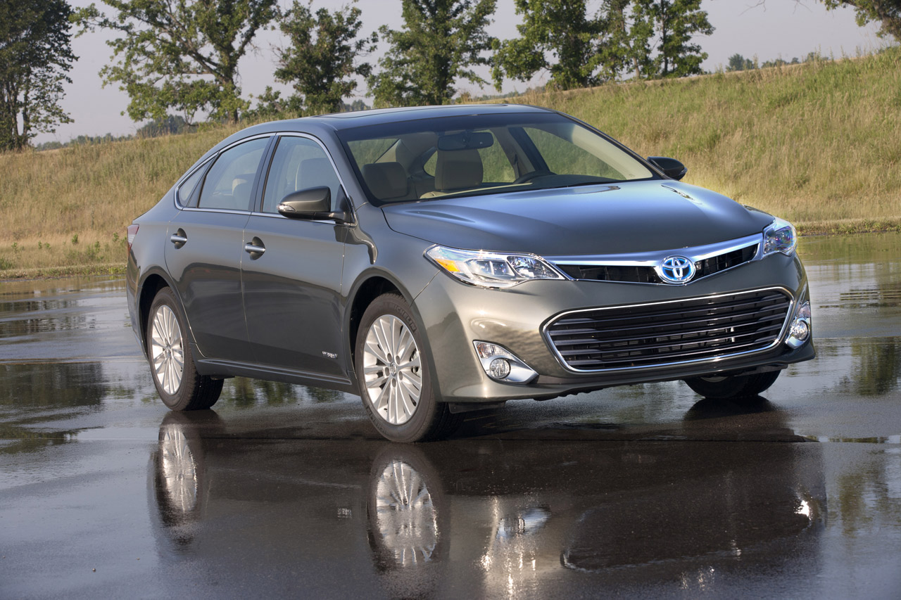 toyota avalon gets 40 mpg hybrid model for 2013 autoblog. Black Bedroom Furniture Sets. Home Design Ideas