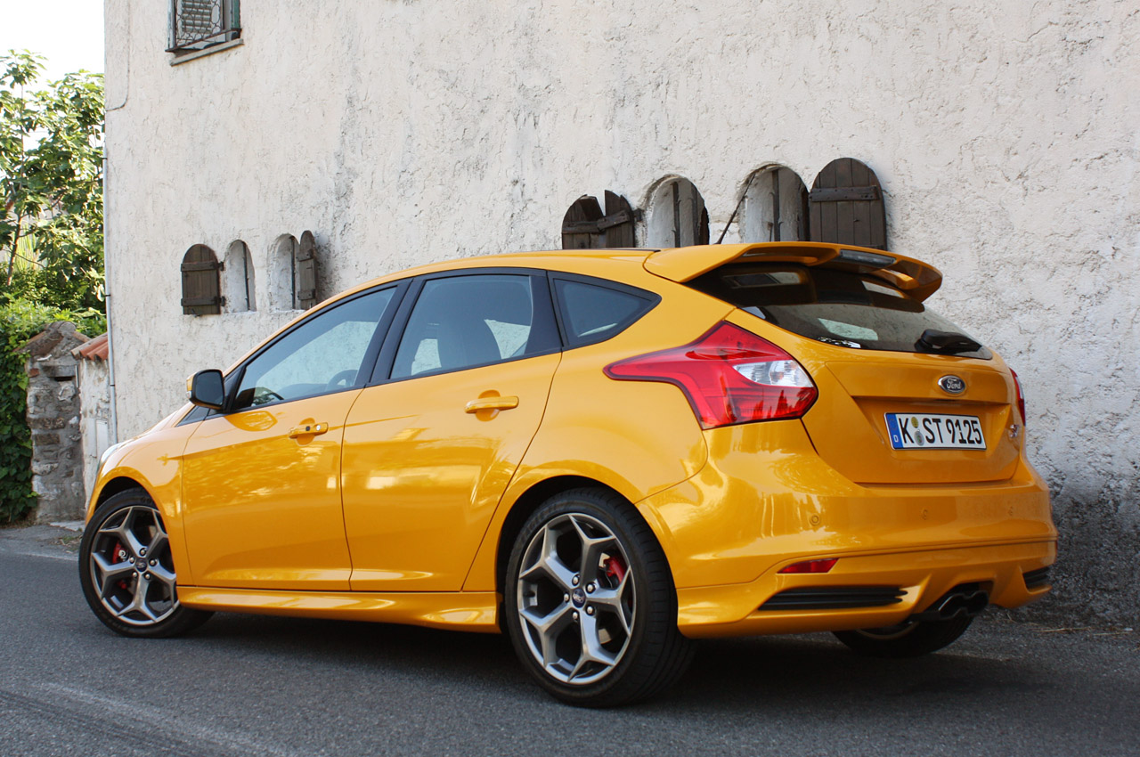ford focus st fiesta st buyers to get free octane academy. Black Bedroom Furniture Sets. Home Design Ideas