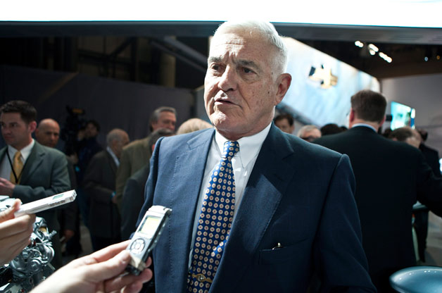 Bob Lutz in front of reporters