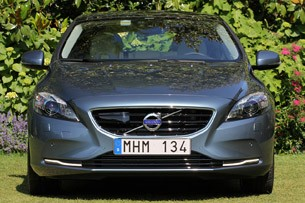 2013 Volvo V40 front view