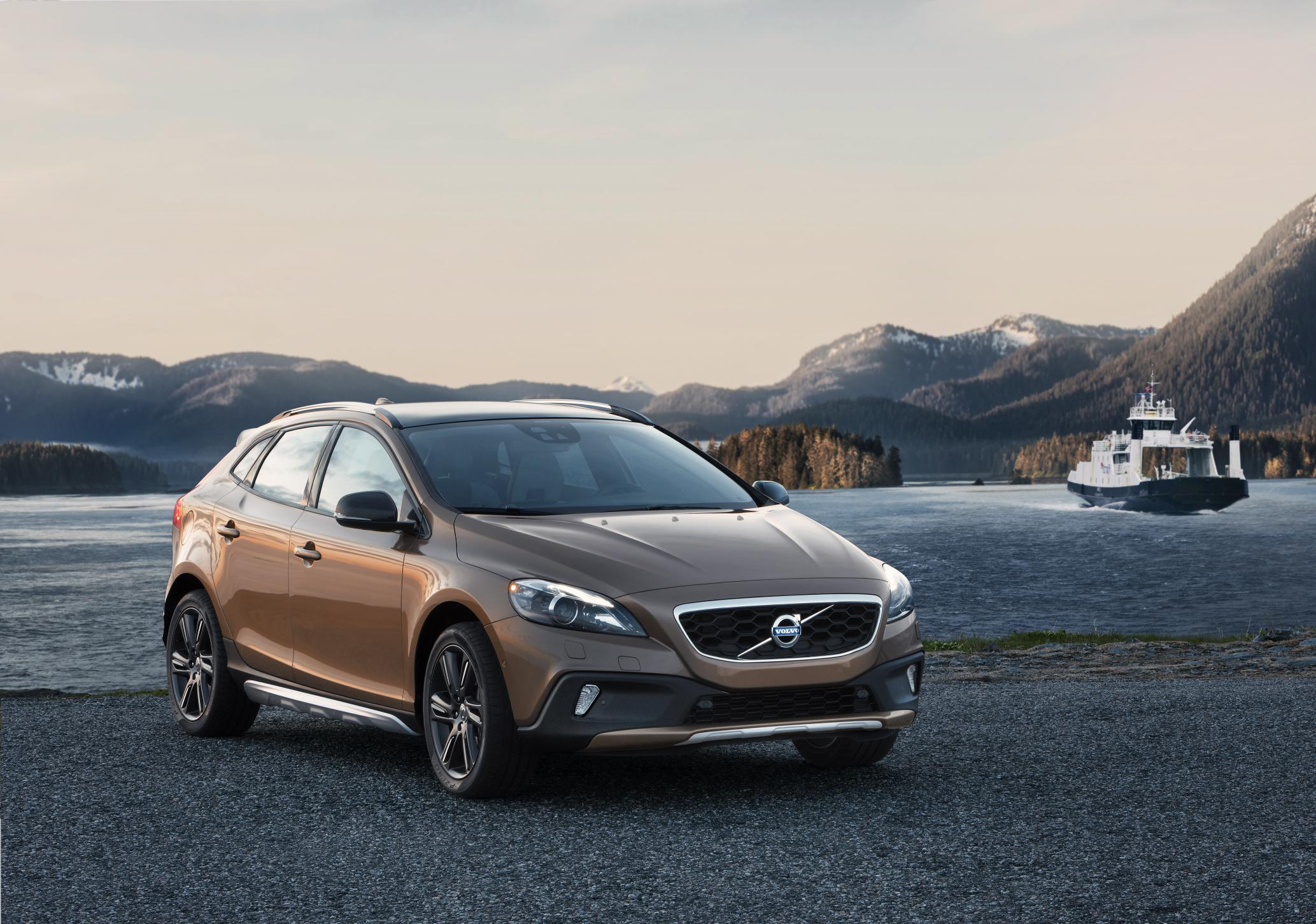 volvo lifts up new volvo v40 cross country for the whole world to see w video autoblog. Black Bedroom Furniture Sets. Home Design Ideas