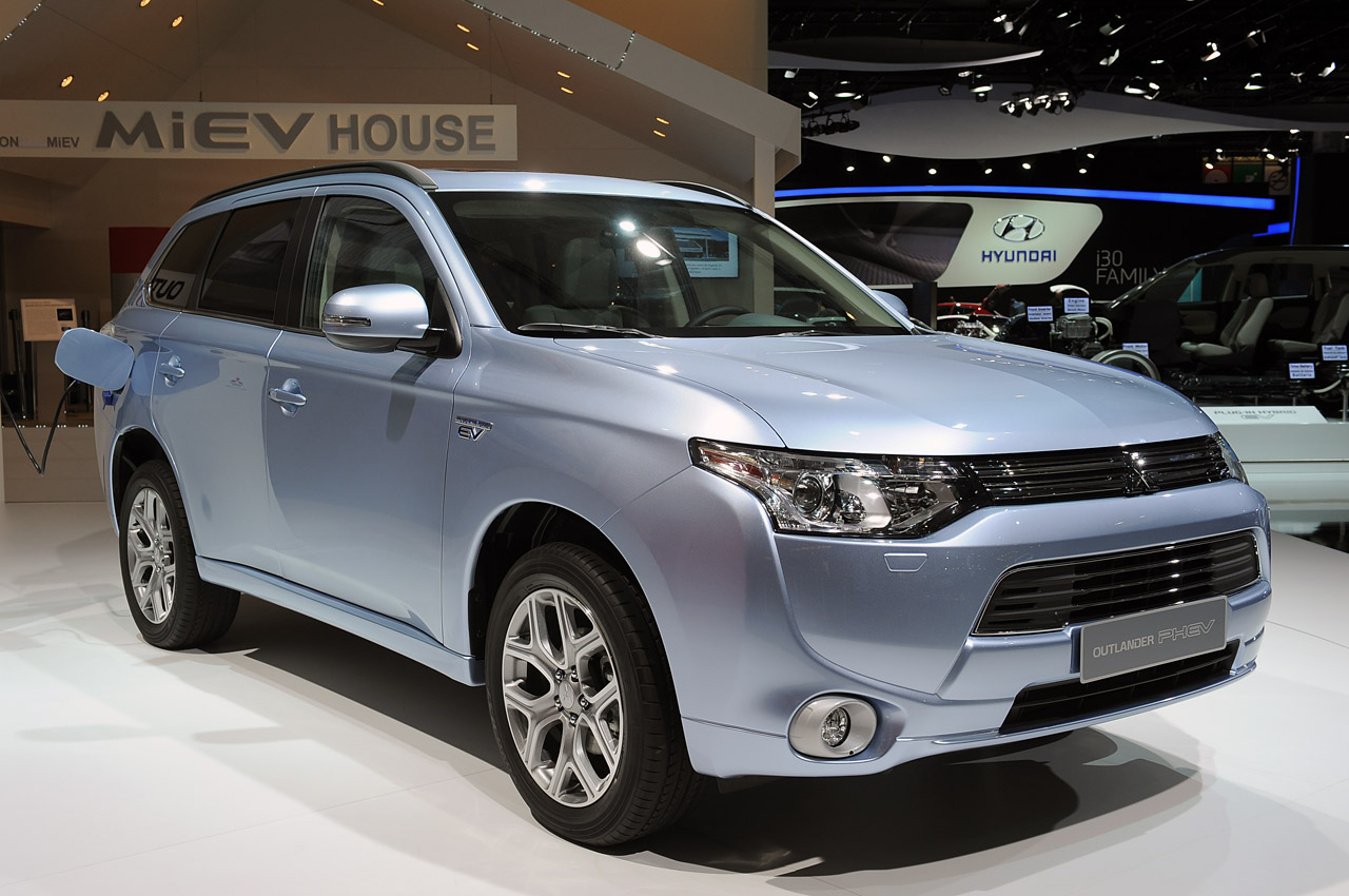 2013 mitsubishi outlander phev paris 2012 photo gallery autoblog. Black Bedroom Furniture Sets. Home Design Ideas