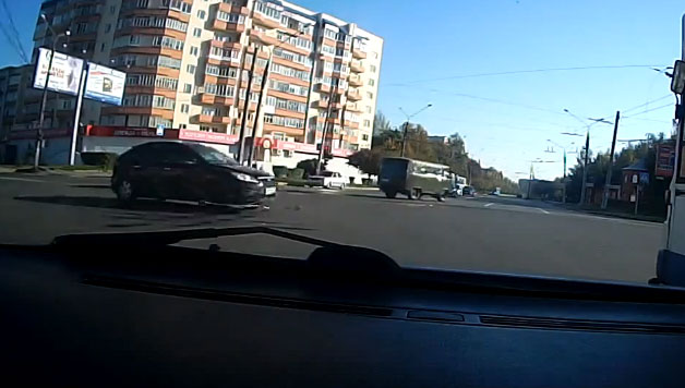 Russian Ford Focus hits downed trolley wire - video screencap