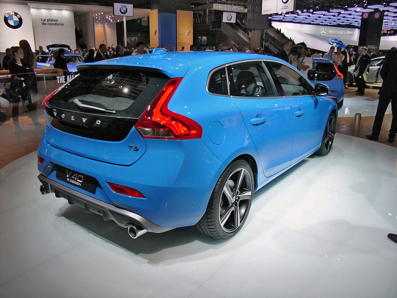 2013 volvo v40 r design leaves us feeling blue in paris. Black Bedroom Furniture Sets. Home Design Ideas