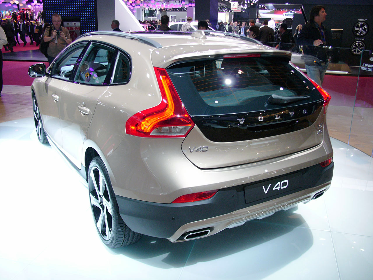 volvo v40 cross country is ready to make the neighbors jealous autoblog. Black Bedroom Furniture Sets. Home Design Ideas