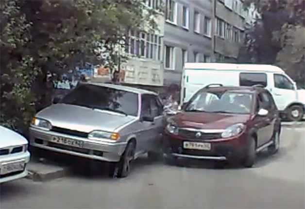 Renault Sandero Stepway parking mishap - video screencap
